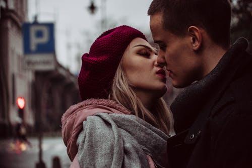 muž a žena polibek