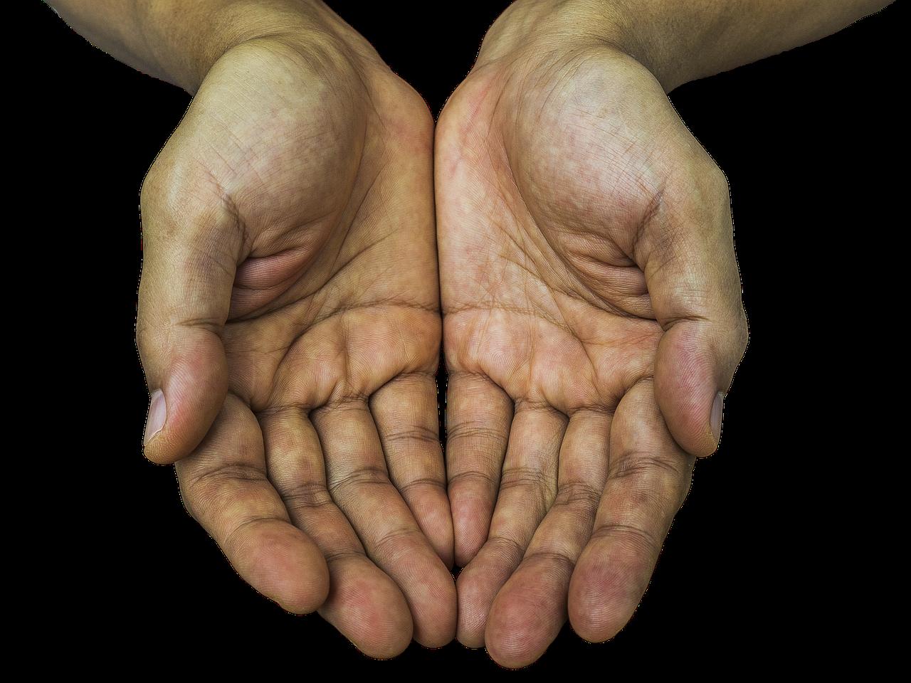 ruce čekající na peníze